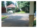 halaman parkir rumah satpan dan pintu masuk lebar